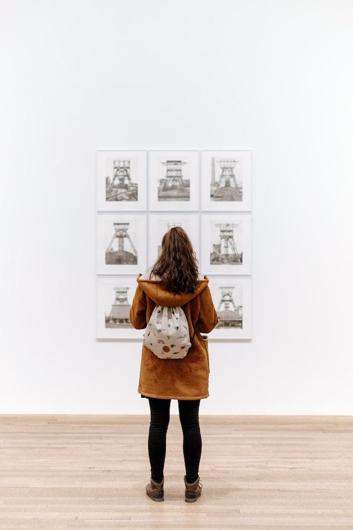 photo jeune fille dans galerie